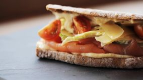 Sanduíche Salmon do panini na placa de pedra filme