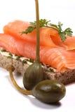 Sanduíche salmon fumado, alcaparras Fotografia de Stock