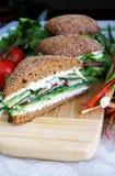 Sanduíche saudável do pão de centeio cortado dentro parcialmente Foto de Stock Royalty Free