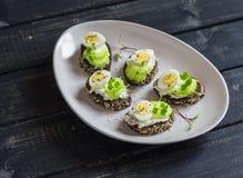 Sanduíches abertos com queijo creme, ovos de codorniz e aipo Fotografia de Stock