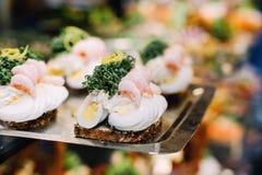 Sanduíches abertos tradicionais da cara em Dinamarca imagem de stock royalty free