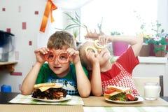 Sanduíches alegres do café da manhã Pequeno almoço Imagem de Stock