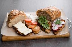 Sanduíches, brindes no fundo de madeira Fotos de Stock