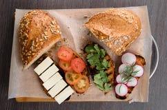 Sanduíches, brindes no fundo de madeira Fotos de Stock Royalty Free