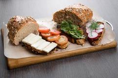 Sanduíches, brindes no fundo de madeira Foto de Stock