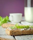 Sanduíches claros do café da manhã com salada e queijo Fotografia de Stock