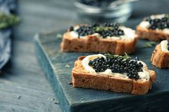 Sanduíches com caviar e manteiga pretos Foto de Stock