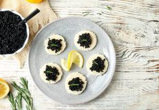 Sanduíches com caviar e o limão pretos Imagens de Stock