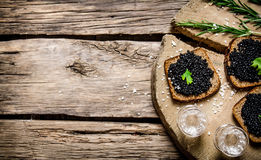 Sanduíches com caviar e vodca pretos Fotos de Stock