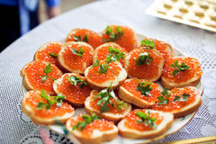 Sanduíches com caviar salmon Fotos de Stock Royalty Free