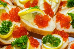 Sanduíches com caviar vermelho foto de stock royalty free