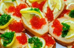 Sanduíches com caviar vermelho fotografia de stock