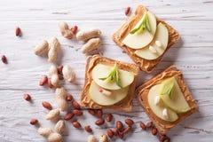 Sanduíches com manteiga de amendoim e uma opinião superior horizontal da maçã fotos de stock royalty free
