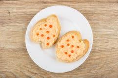 Sanduíches com molho e caviar de peixes na placa branca Fotografia de Stock