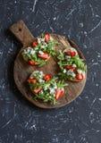 Sanduíches com morangos, rúcula e queijo azul Petisco delicioso, café da manhã ou um petisco com vinho Foto de Stock Royalty Free