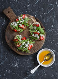Sanduíches com morangos, rúcula e queijo azul Petisco delicioso, café da manhã ou um petisco com vinho Fotos de Stock Royalty Free