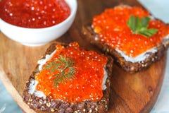 Sanduíches com o caviar dos salmões vermelhos Imagem de Stock Royalty Free