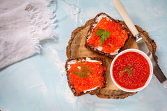 Sanduíches com o caviar dos salmões vermelhos Fotografia de Stock Royalty Free