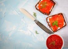 Sanduíches com o caviar dos salmões vermelhos Foto de Stock