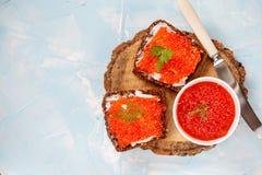 Sanduíches com o caviar dos salmões vermelhos Imagem de Stock