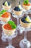 Sanduíches com o caviar preto e vermelho Fotografia de Stock