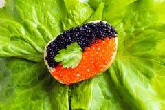 Sanduíches com o caviar vermelho e preto imagens de stock