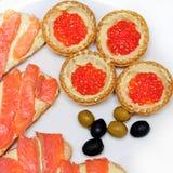 Sanduíches com ovas e os peixes salmon Fotografia de Stock