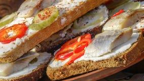 Sanduíches com pão preto e arenques Fotografia de Stock Royalty Free