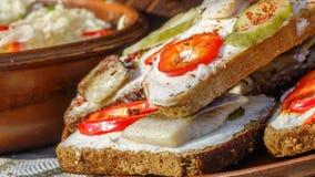 Sanduíches com pão preto e arenques Imagem de Stock Royalty Free