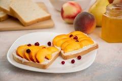 Sanduíches com pêssegos Imagem de Stock