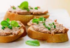 Sanduíches com pasta e as cebolas verdes Fotos de Stock Royalty Free