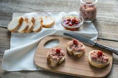 Sanduíches com pasta na placa de madeira Imagens de Stock Royalty Free