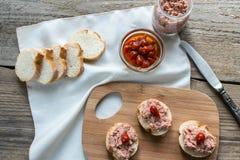 Sanduíches com pasta na placa de madeira Fotografia de Stock Royalty Free