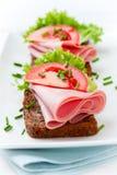 Sanduíches com presunto e os legumes frescos foto de stock royalty free