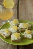 Sanduíches com quark e abacaxi no prato verde Fotografia de Stock Royalty Free