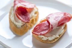 Sanduíches com queijo creme e presunto Imagens de Stock
