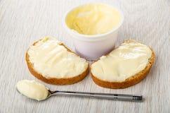 Sanduíches com queijo doce, frasco do queijo da sobremesa, colher com queijo na tabela imagens de stock royalty free