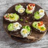Sanduíches com queijo macio, ovos de codorniz, tomates de cereja e aipo Petisco ou café da manhã saudável delicioso Imagem de Stock Royalty Free