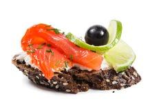 Sanduíches com salmões, azeitonas e cal Imagens de Stock Royalty Free