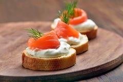 Sanduíches com salmões e aneto Imagens de Stock Royalty Free