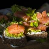 Sanduíches com salmões e limão Fotografia de Stock
