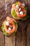 Sanduíches com salmões, a mussarela, o frisee, a cebola e rad salgados Imagem de Stock Royalty Free