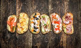 Sanduíches com salmões, queijo, cogumelos e os legumes frescos Foto de Stock Royalty Free