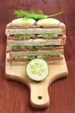Sanduíches com salsicha e pepino de fígado na placa de corte Fotografia de Stock Royalty Free
