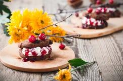Sanduíches da cookie dos pedaços de chocolate do vampiro, sobremesa de Dia das Bruxas Imagem de Stock