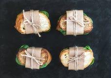 Sanduíches da galinha e dos espinafres envolvidos no papel do ofício foto de stock royalty free