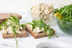 Sanduíches da salada de frango e da rúcula Fotografia de Stock Royalty Free