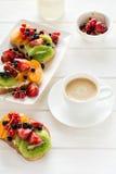 Sanduíches da sobremesa do café e do fruto com queijo da ricota, quivi, abricó, morango, mirtilo e o corinto vermelho imagem de stock