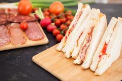 Sanduíches de clube com pão branco e salame Foto de Stock