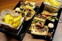 Sanduíches de clube com pão fresco e batatas Foto de Stock Royalty Free